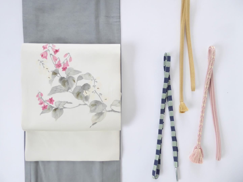 どの帯締めにしようかなと考えるのも楽しい時間。・この帯、何というお花なのか分かりませんが、可憐で可愛いピンクと白の花が描かれています。どなたか分かる方がいたら教えてください・近頃、花の名前をもっと覚えて、それにまつわる詩歌なども色々と勉強したいなあと思っています。・先日、植物のお仕事をされている方と、草花から見た古典文学のお勉強がしたいね、と話が盛り上がったのです。お店の2階でサロン的なことが出来たらいいなぁと。いつか実現したいことの一つとなりました。・お着物を着てランチ会を開催、とかは私は苦手分野なのですが、草花と古典文学を学ぶ場に、着たい人はお着物を着て一緒に季節ごとの草花を楽しみましょう、というスタンスなら出来るような気がします。・いつになるか分からないし、講師の方はどうするのか?コロナは落ち着くのか?など色々と前に進むには問題もあるんですけどね。・古典文学に限らずですが、いろいろな事を知るのって、何かの本を読んだ時やお茶席に行った時、美術館に行った時、旅行に行った時、あぁこれはこういうことか、とピンと来たりするのが面白いなと思うんですよね🥰・とりあえず、しばらく色々と本を読んでみようと思っています